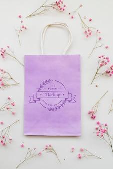 Arreglo plano de flores y bolsa de papel