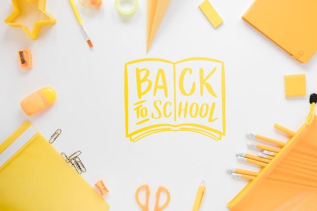 Arreglo de regreso a la escuela con suministros amarillos