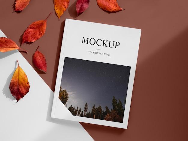 Arreglo de revista y hojas