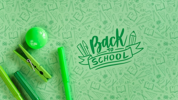 Arreglo con suministros verdes para el evento de regreso a la escuela