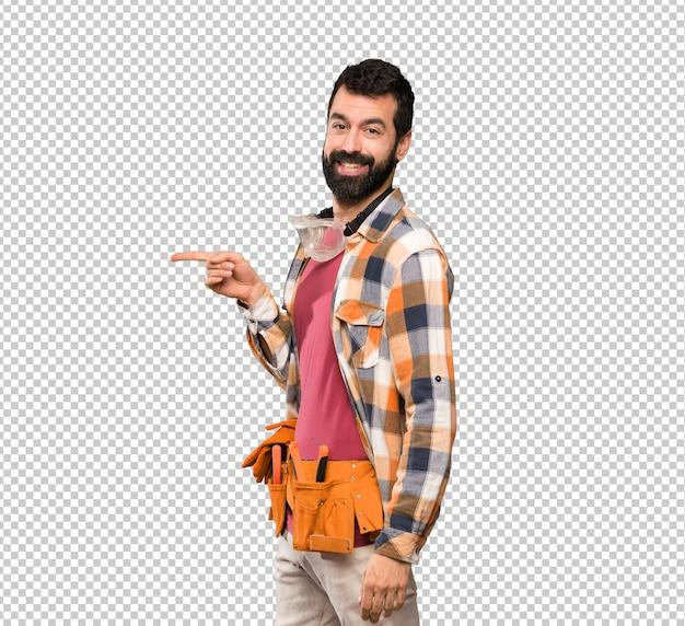 Artesanos hombre apuntando el dedo hacia el lado.