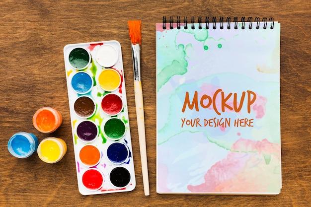 Artist desk concept met geschilderde notebook