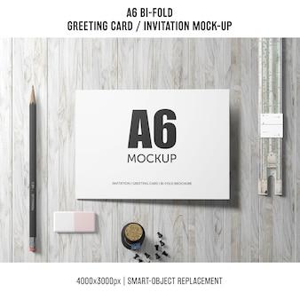 Artistieke a6 bi-fold uitnodigingskaart mockup