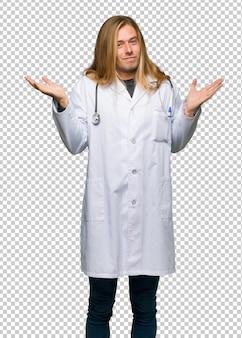 Artsenmens die onbelangrijk gebaar maken terwijl het opheffen van de schouders
