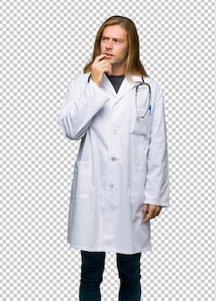 Artsenmens die twijfelt terwijl omhoog het kijken