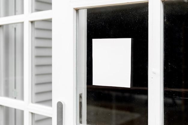 Artwork op het raam minimalistische mockup