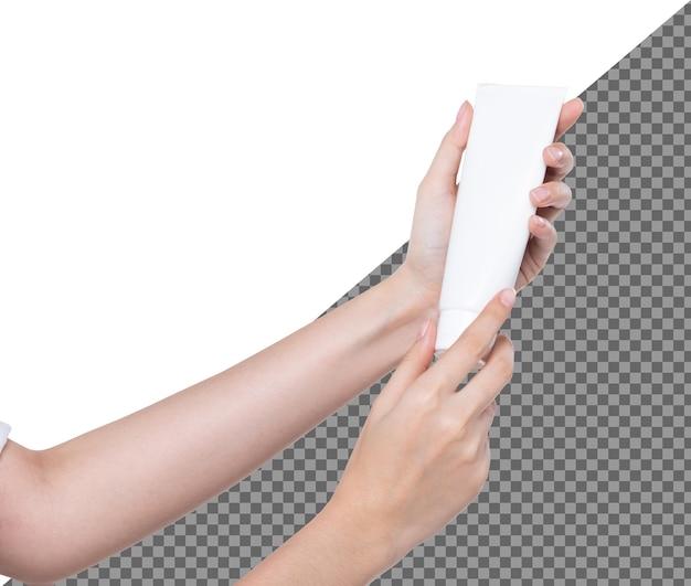 Asimiento de la mano del hermoso talento femenino crema de tratamiento hidratante de tubo blanco vacío, aislado. chica muestra producto de etiqueta de maqueta en manos de dedos largos, iluminación de estudio fondo blanco psd