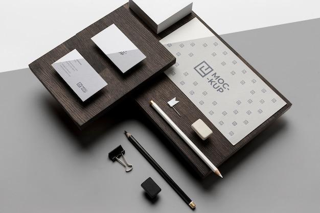 Assortiment mock-up briefpapier op hout