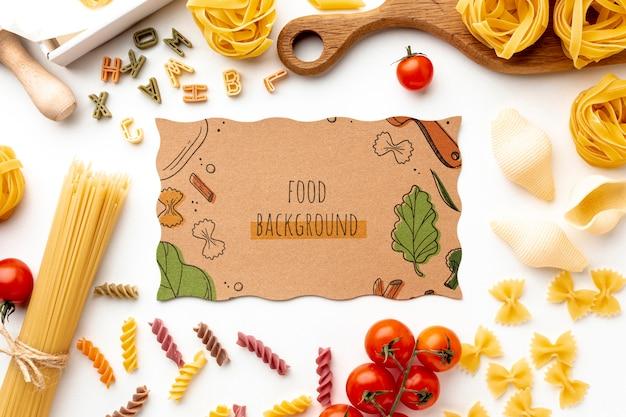 Assortiment plat ongekookte pasta met kartonnen mock-up