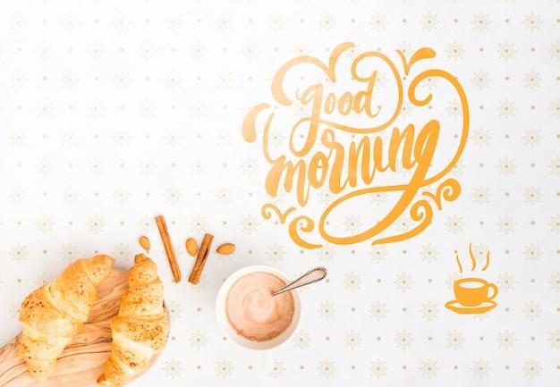 Assortiment van ochtendkoffie en croissants