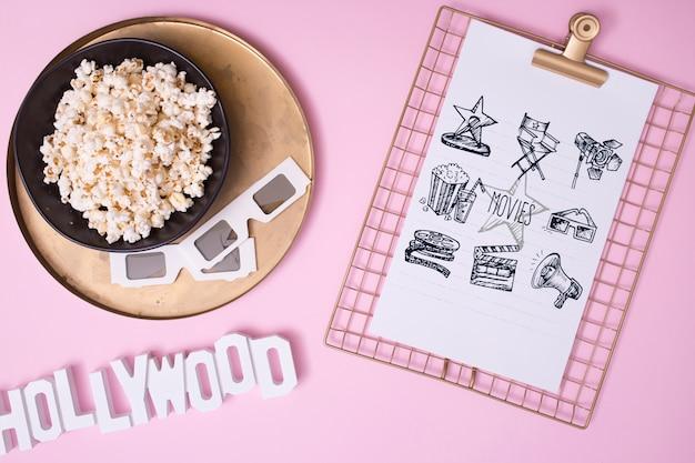Assortimento di cinema vista dall'alto su sfondo rosa
