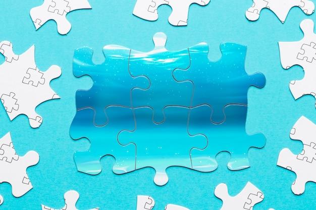 Assortimento vista dall'alto con pezzi di puzzle