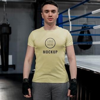 Atleta de boxeo con una camiseta de maqueta