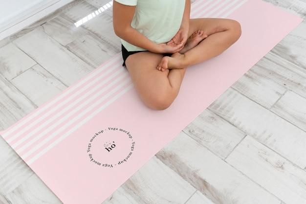 Atletische vrouw doet yoga thuis