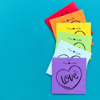 Attaccare le note con i messaggi per il giorno dell'orgoglio