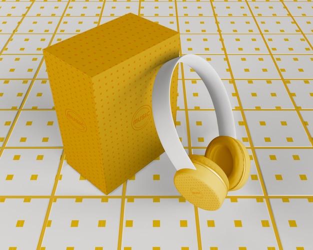 Auriculares de diseño minimalista blanco y amarillo.