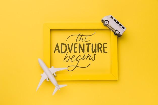 La aventura comienza, frase motivadora en marco amarillo con avión y furgoneta