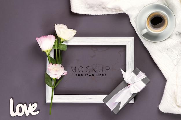 Avere una tazza di caffè, fiori eustoma e confezione regalo su una cornice