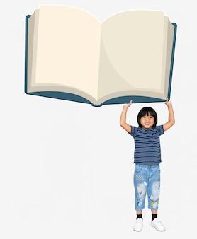 Aziatische jongen die een leeg boek houdt