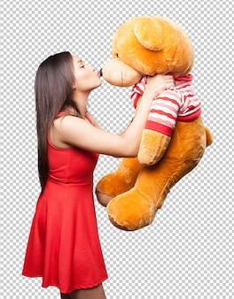 Aziatische vrouw die een teddybeer kust