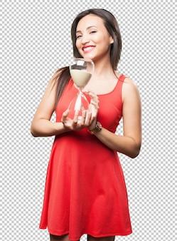 Aziatische vrouw die een zandloper houdt