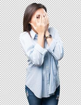 Aziatische vrouw die haar gezicht behandelt