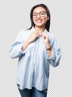 Aziatische vrouw die haar kleren aanpast