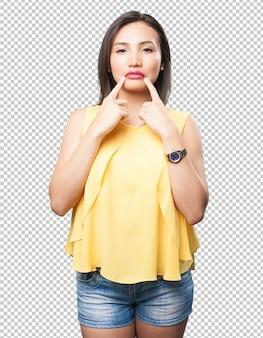 Aziatische vrouw die haar mond richt