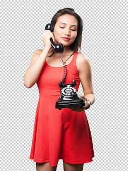 Aziatische vrouw die op telefoon spreekt