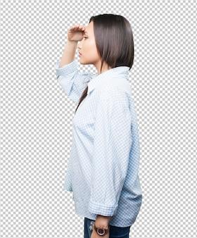 Aziatische vrouw die ver kijkt