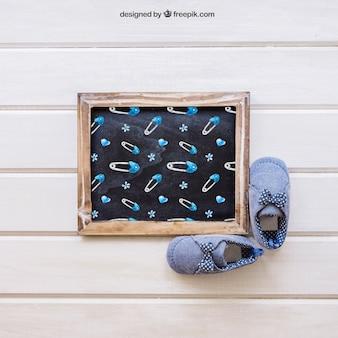 Baby mockup met leisteen en schoenen