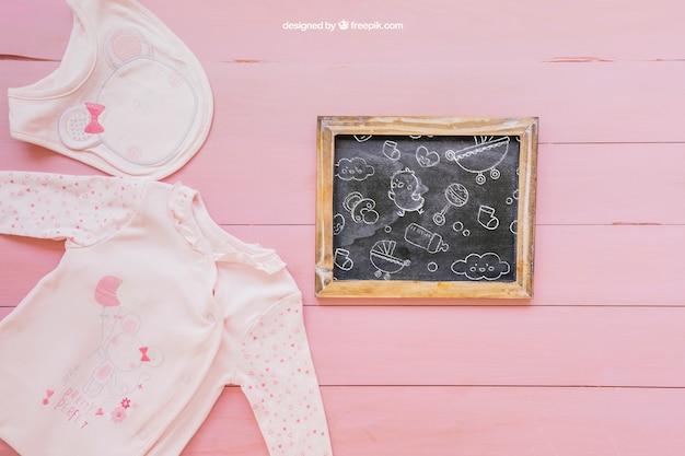 Baby mockup met roze kleren
