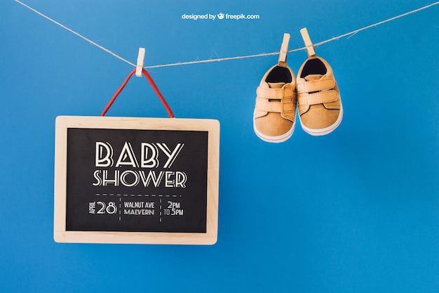 Baby mockup met schoenen en leisteen op kledinglijn
