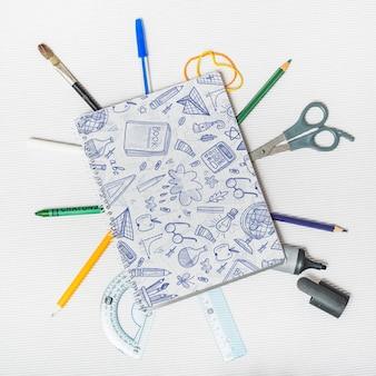 Back to school mockup con copertina per notebook