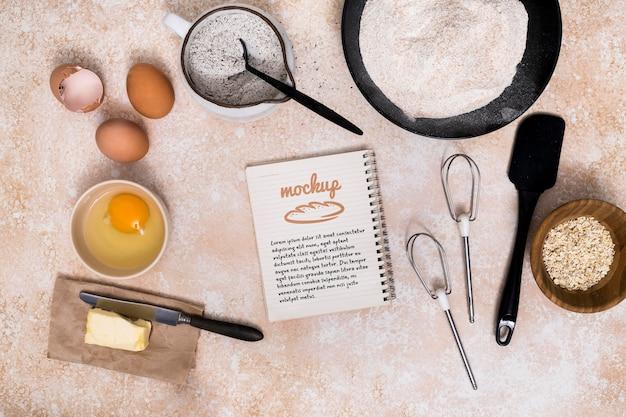 Bakkerij recept op laptop met ingrediënten
