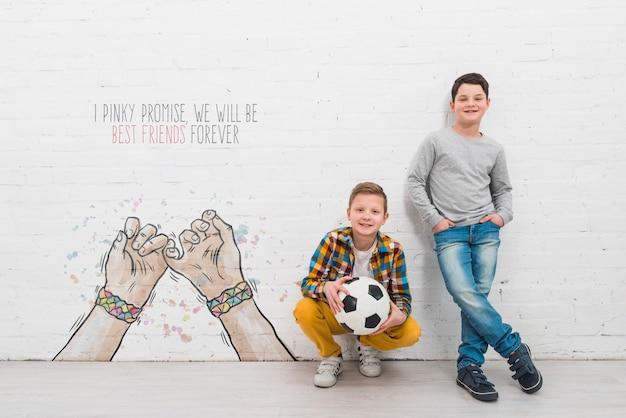 Bambini della foto a figura intera con la palla all'aperto