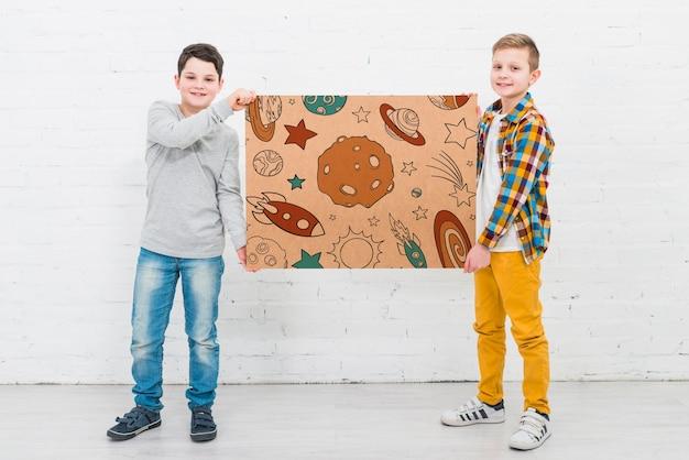 Bambini fantastici a tutto campo con disegno