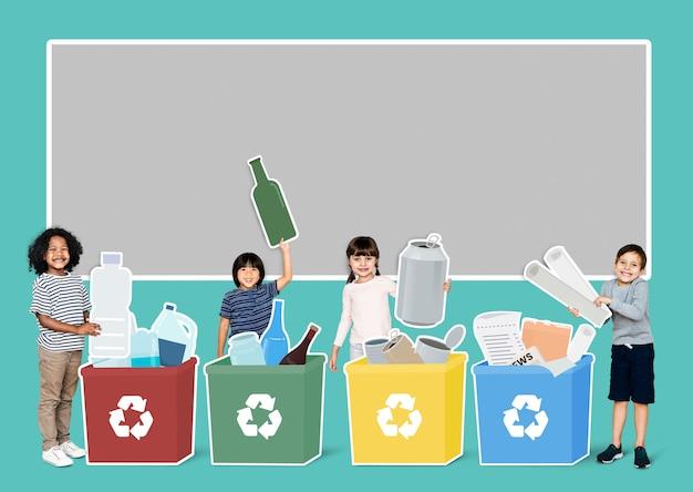 Bambini felici che raccolgono rifiuti per il riciclaggio