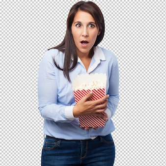 Bang jonge vrouw met popcorn