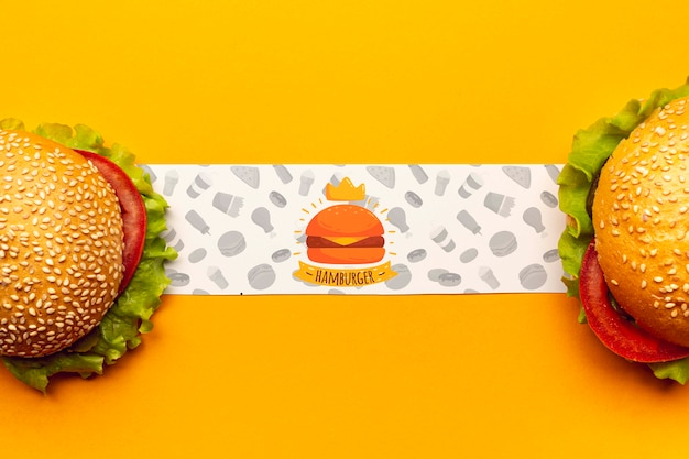Banner di hamburger con deliziosi hamburger fast food