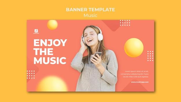 Bannersjabloon voor het online streamen van muziek met een vrouw die een koptelefoon draagt