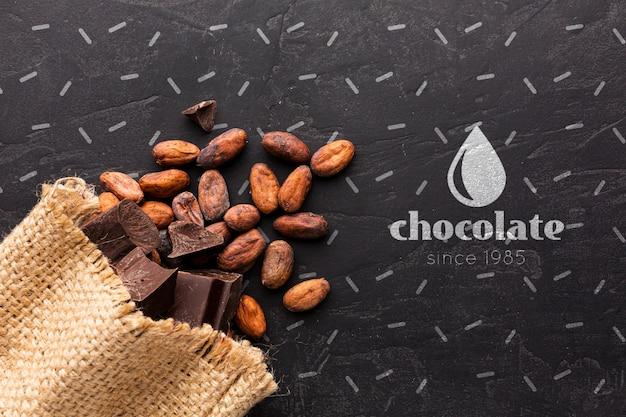 Barretta di cioccolato con sfondo nero mock-up