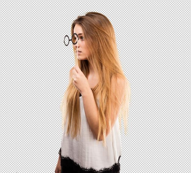 Bastante joven mujer con gafas de fiesta