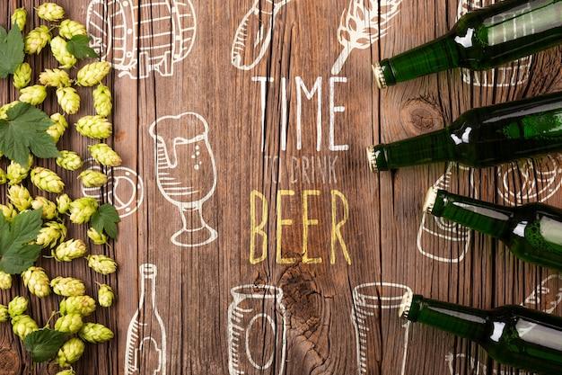 Bastidor de ingredientes de cerveza y botellas de cerveza.