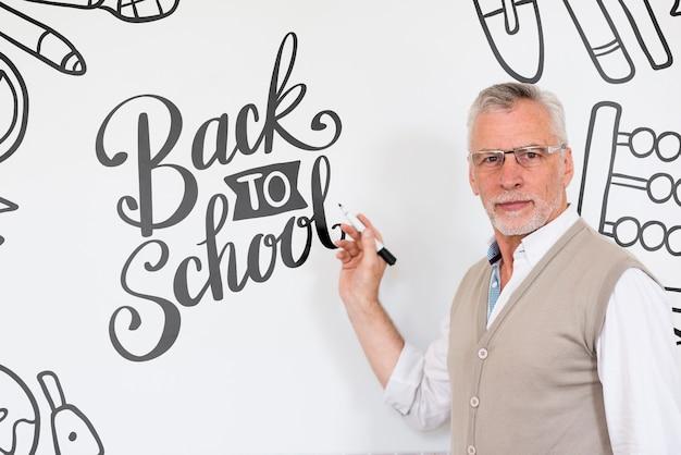 Bebaarde man terug naar school mock-up