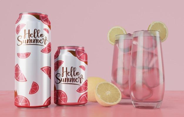 Bebidas de verano en mesa con fondo rosa