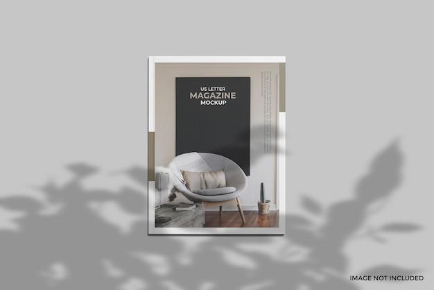 Bedek ons briefmagazine mockup met uitzicht op de top van de engel