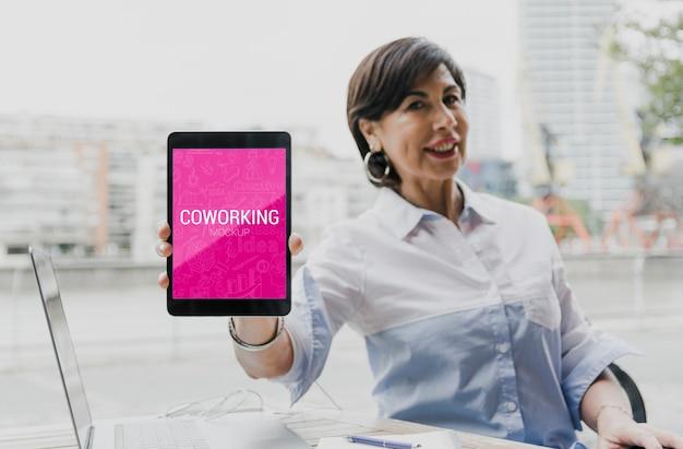 Bedrijfs vrouw die aan tablet werkt