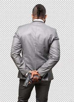 Bedrijfs zwarte mens die een kanon houdt