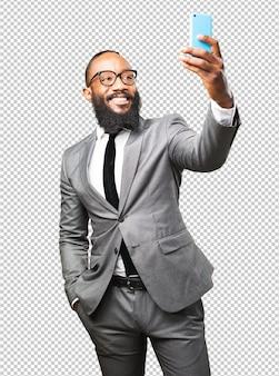 Bedrijfs zwarte mens die een selfie neemt
